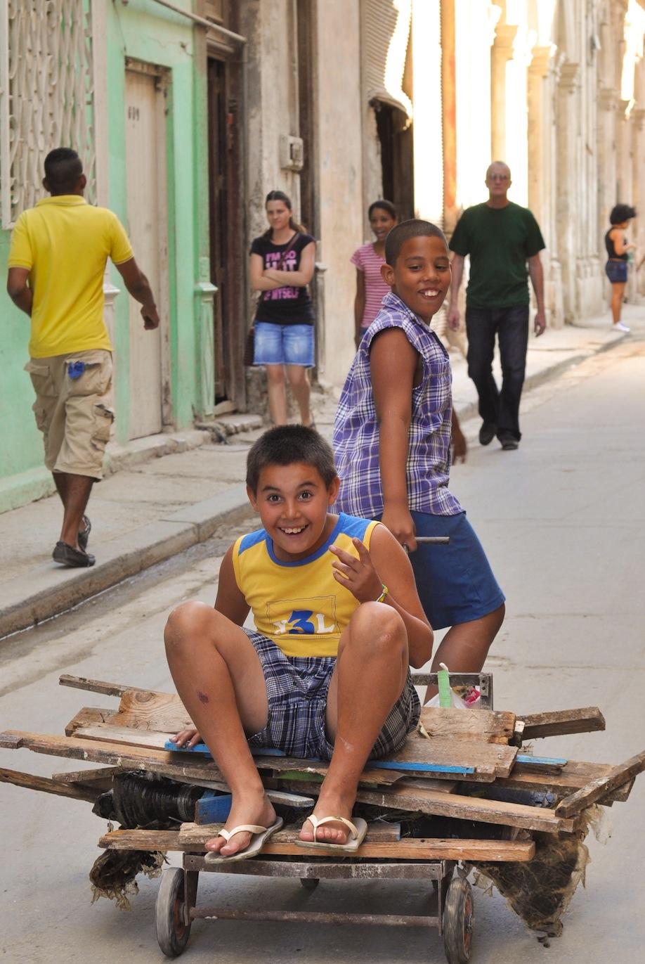 06_Des enfants Cubains s'amusent à La Havane