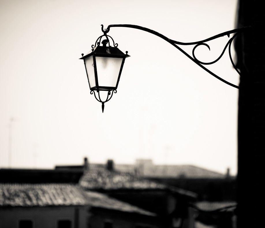 Lampada in bianco e nero a Venezia