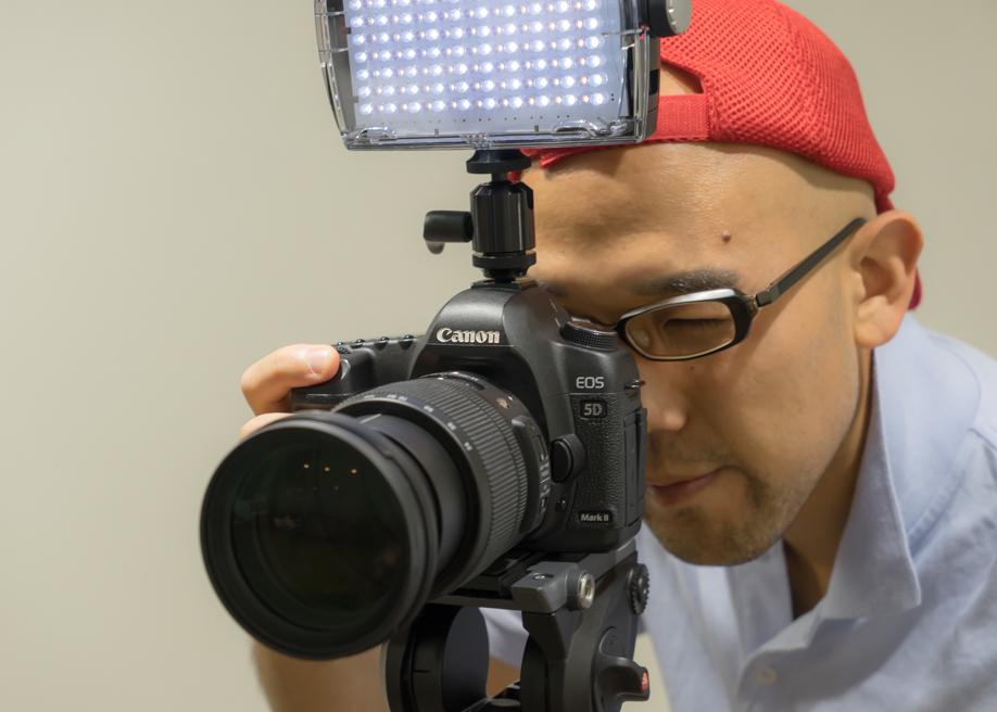 ポートレイト撮影の方法と照明を使った楽しみ方。MLS900FTをカメラのアクセサリーシューに装着して撮影。 杉浦正範