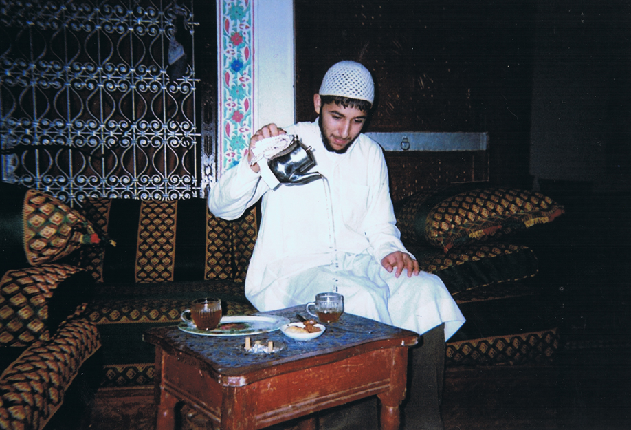Disposable camera - ©jaimelemonde.fr - Morocco - Medhi serves tea in the Old City of Feź