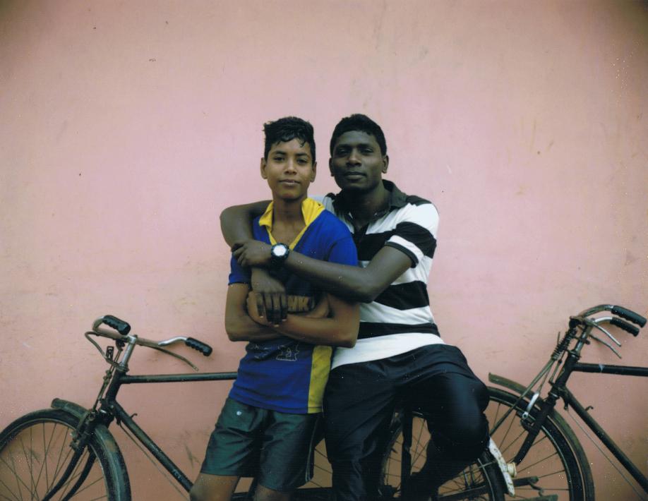 Nouvelle génération, Tamoul et Cinghalais amis à Jaffna - Sri Lanka - Mamiya Universal & dos Polaroid - Film Fuji FP100C - ©jaimelemonde.fr