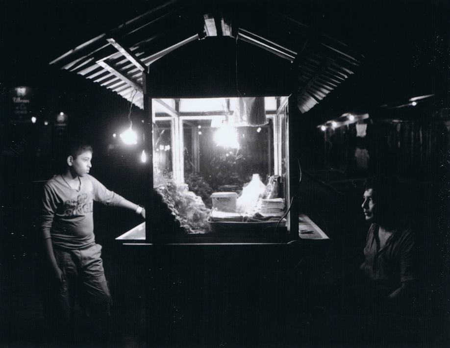 Père et son fils sur leur stand de street food à Galle - Sri Lanka - Mamiya Universal & dos Polaroid - Film Fuji FP100C - ©jaimelemonde.fr