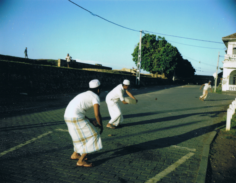 Sri Lanka - Mamiya Universal & Polaroid back - Fuji FP100C film - ©jaimelemonde.fr - Galle - Young Muslims playing cricket