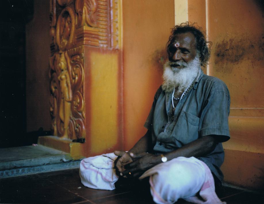 Vieil homme de l'ethnie tamoule à Jaffna dans un temple hindou - Sri Lanka - Mamiya Universal & dos Polaroid - Film Fuji FP100C - ©jaimelemonde.fr
