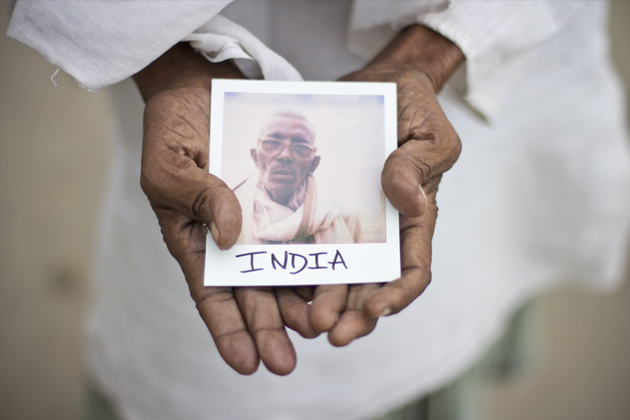 Hands Holding Polaroid Pictures - India - ©jaimelemonde.fr