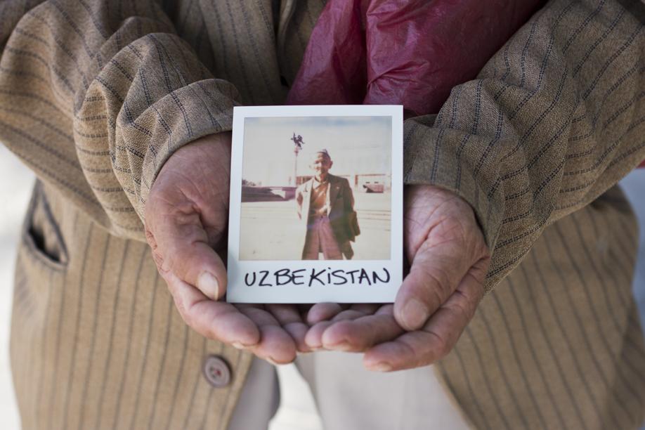 Hands Holding Polaroid Pictures - Uzbekistan - ©jaimelemonde.fr