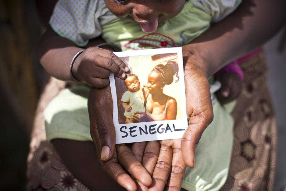 Hands Holding Polaroid Pictures - Senegal - ©jaimelemonde.fr