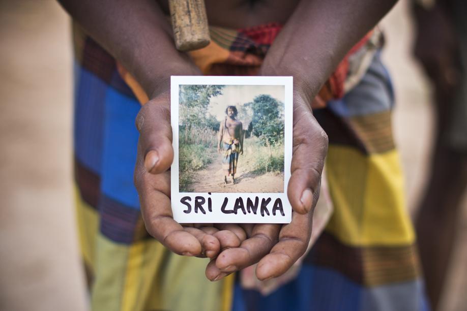 Hands Holding Polaroid Pictures - Sri Lanka - ©jaimelemonde.fr