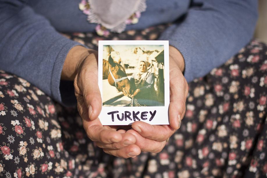Hands Holding Polaroid Pictures - Turkey - ©jaimelemonde.fr