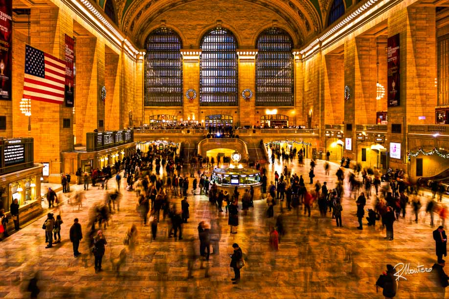 A classic view of the Grand Central Station with XMas lights and people moving faster, the only ones who were standing, were the ones with phones or taking photos. Me included!