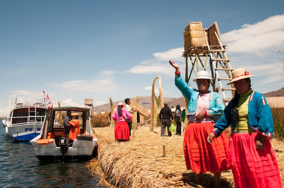 2BKPK_Locals welcoming visitors in the most touristic island in Uros