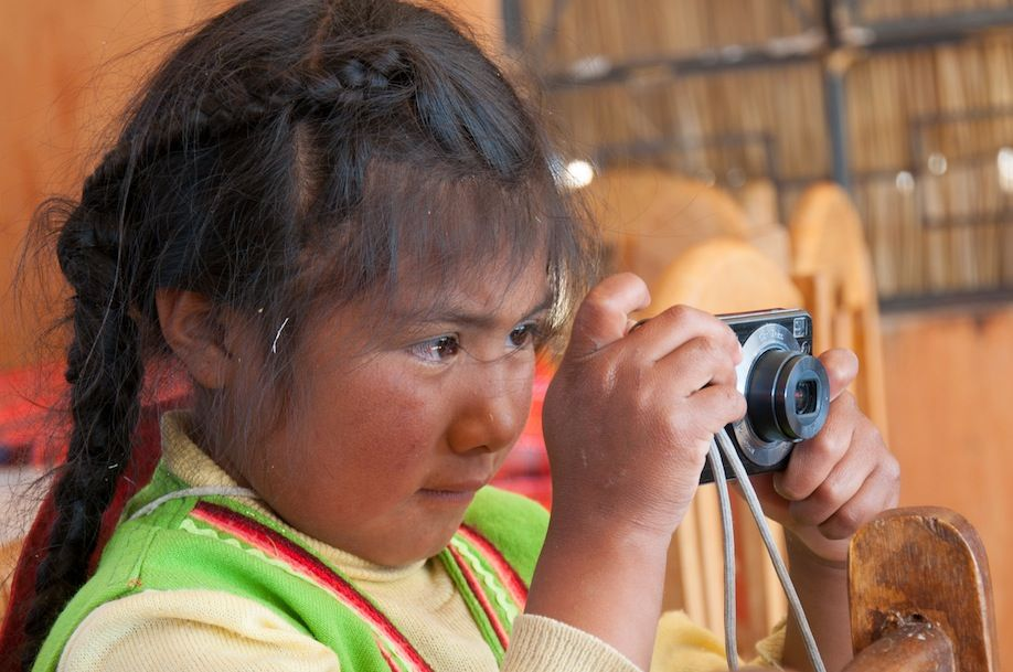 8BKPK_Local Uro girl learning how to take photos with a tourist camera