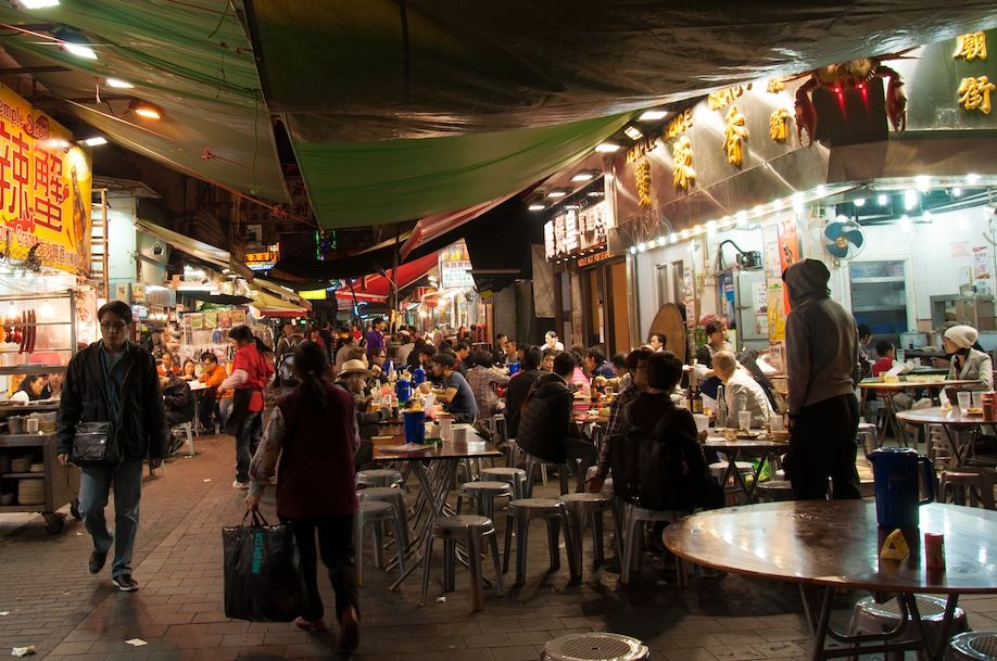8BKPK_Parallel alleys to Temple Street are filled up with eateries too