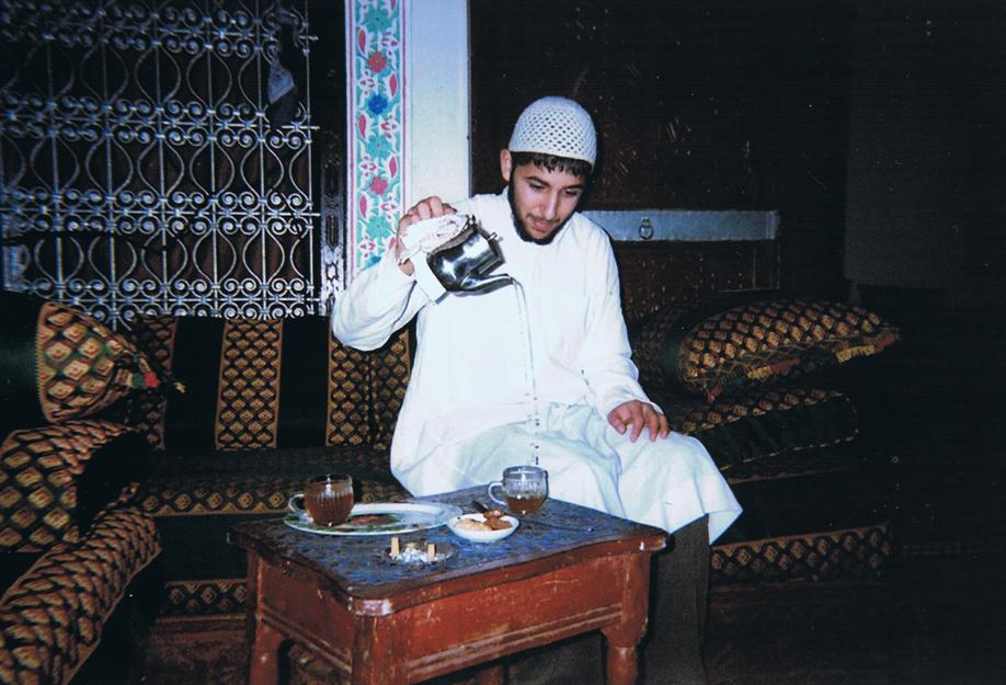 Disposable camera - ©jaimelemonde.fr - Morocco - Medhi serves tea in the Old City of Feź