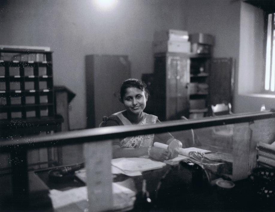 Postal clerk in Galle - Sri Lanka - Mamiya Universal & Polaroid back - Film Fuji FP100C - ©jaimelemonde.fr